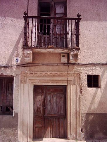 Puerta de la casa del escritor en Alba de Tormes. Fue derribada en 2004